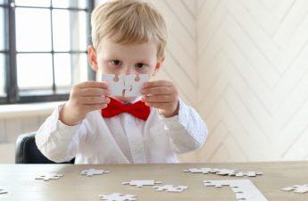dreng der leger med puslespil